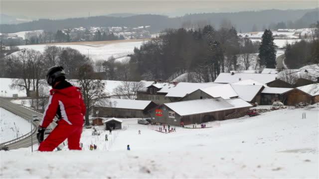 junger skifahrer fahren einen hang - skijacke stock-videos und b-roll-filmmaterial