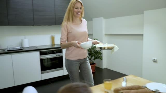 vídeos y material grabado en eventos de stock de joven sonriente familia tener una comida juntos en mesa de comedor. - happy meal