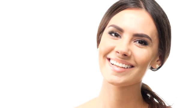 vídeos de stock, filmes e b-roll de hd 1080 @29,97: jovem mulher sorridente, olhando para a câmera - fundo branco