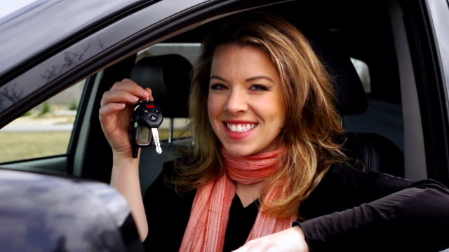 Giovane donna sorridente con chiave