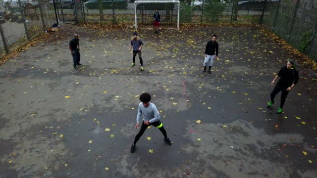若いサッカー選手がゴールを決め