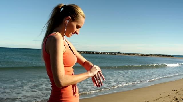 Ung sport kvinna med smart Watch-klocka