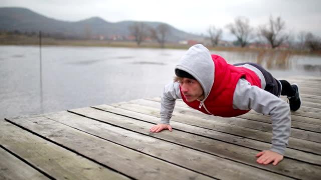 vídeos de stock e filmes b-roll de young sportsman doing pushups - flexão de braço
