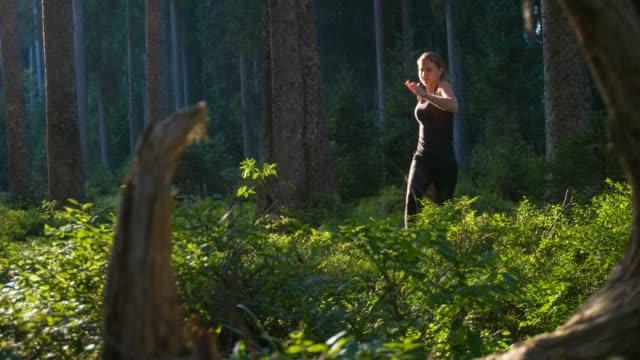 Junge Sportlerin im freien laufen in der Natur