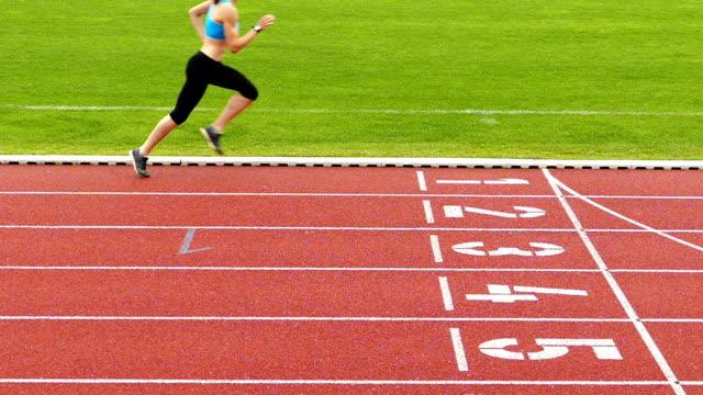 vidéos et rushes de formation sportive des jeunes sur la piste de course vidéo slow motion - piste de compétition