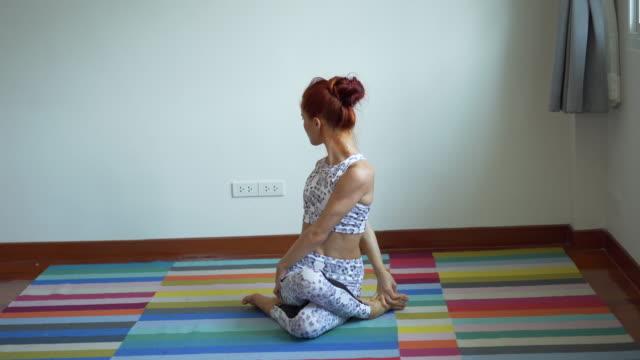 Junge sportliche Frau praktiziert Yoga, tun nach oben Yoga-Übung zu Hause, Fitness-Frau trainieren auf Yoga