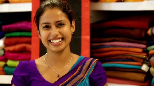 stockvideo's en b-roll-footage met young sri lanka woman in a sari shop - indisch subcontinent etniciteit