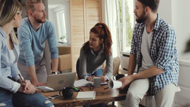 Young startet Team diskutieren über neue Geschäftsstrategie während eines Treffens im casual Büro.