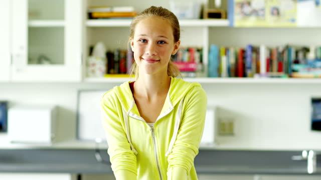 vídeos y material grabado en eventos de stock de joven estudiante en montaje tipo aula - 12 13 años