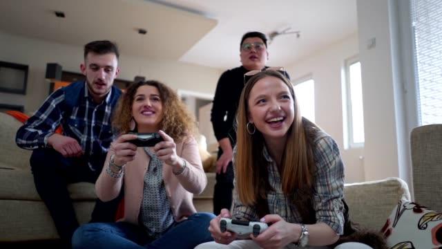 junge studenten haben spaß am spielen von videospielen - arts culture and entertainment stock-videos und b-roll-filmmaterial