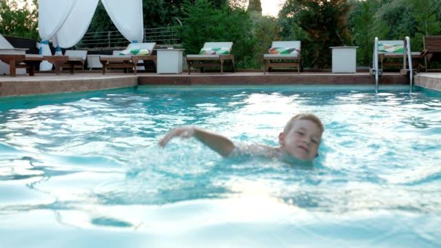 お子様の水泳 - 六月点の映像素材/bロール