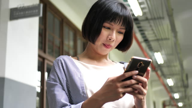 young taiwanese woman sending text message on messenger. - amicizia tra donne video stock e b–roll