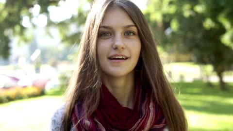 vídeos y material grabado en eventos de stock de joven adolescente chica posando y mirando a la cámara - staring