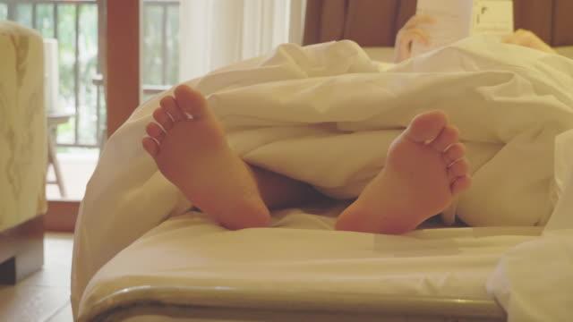 vídeos y material grabado en eventos de stock de jóvenes adolescentes pies bailando bajo la manta. - planta del pie