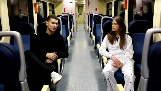 vídeos y material grabado en eventos de stock de joven pareja adolescente en un vehículo de tren - boyfriend