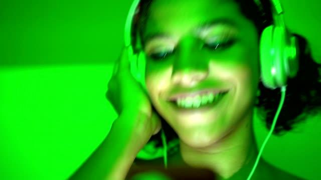 junge teenager tanzen in der disco - mp3 gerät stock-videos und b-roll-filmmaterial