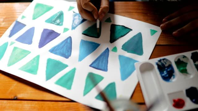 vídeos y material grabado en eventos de stock de adolescente dibujo en casa - caballete equipo de arte y artesanía