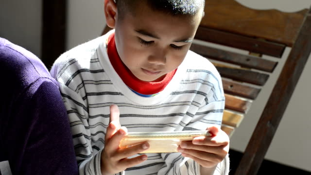 ヤングティーン遊びでゲームのスマートフォン - ゲーム点の映像素材/bロール