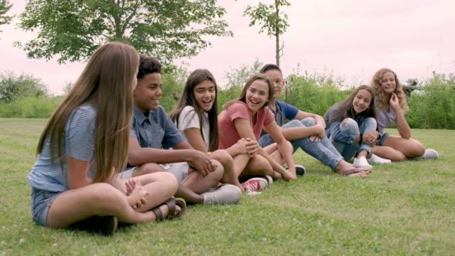 junge jugendliche im klassenzimmer. - schüler der sekundarstufe stock-videos und b-roll-filmmaterial