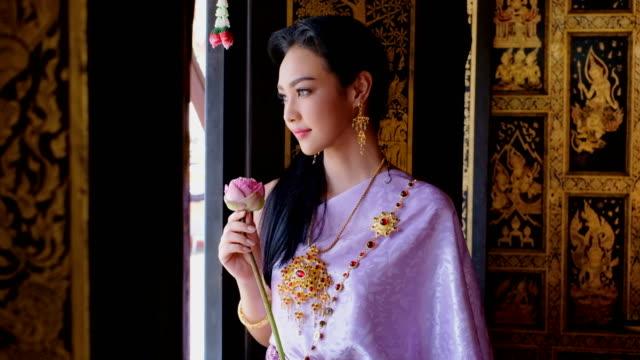 vídeos y material grabado en eventos de stock de joven tailandesa traje vestido nacional de tailandia - posa del loto