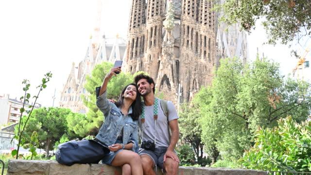 vídeos y material grabado en eventos de stock de jóvenes turistas que se selfien en la sagrada familia de barcelona - 30 34 años