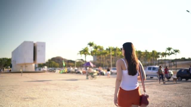 vídeos de stock, filmes e b-roll de jovem viajante caminha e usa celular no brasil - travel destinations
