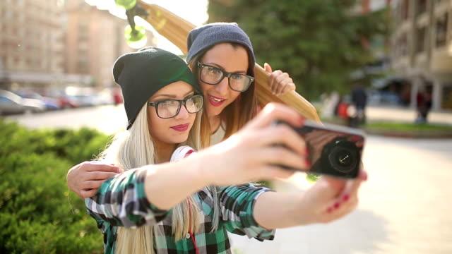 Jeunes Amis prenant un selfie dans la ville