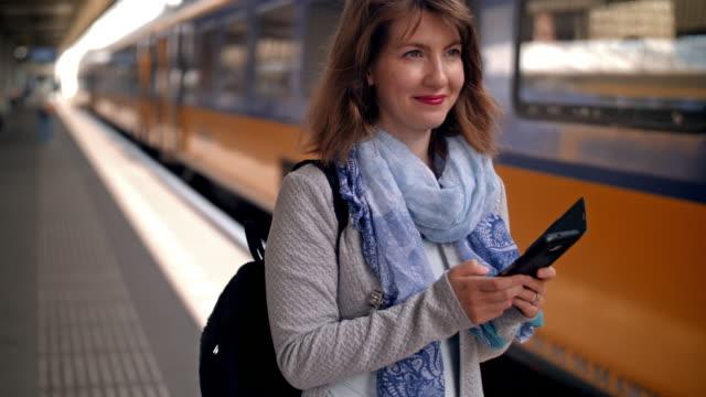 unga urbana kvinnan i farten - tåg bildbanksvideor och videomaterial från bakom kulisserna