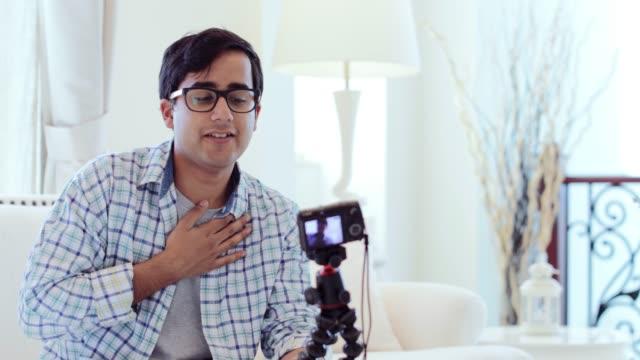 vidéos et rushes de vlogger young à la maison d'enregistrement sa prochaine vidéo - moyen orient