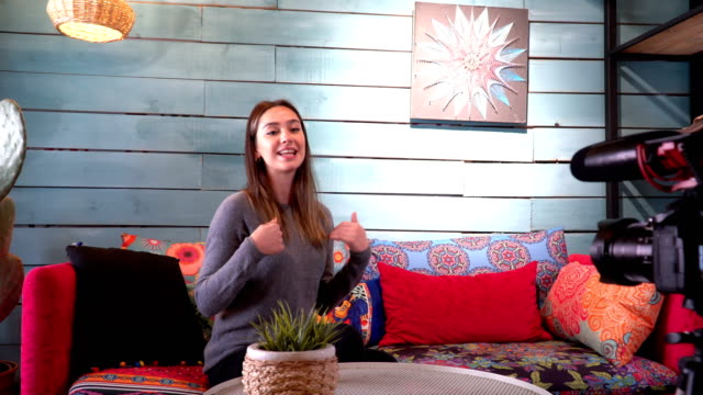 vídeos y material grabado en eventos de stock de young vlogger da consejos para sus suscriptores al grabar vlog diario - entrevista grabación