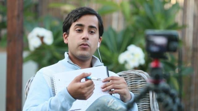 Jeune Vlogger enregistrement son Vlog prochaine au Patio