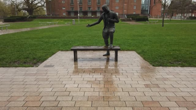 stockvideo's en b-roll-footage met young will' a statue of william shakespeare stands in the rain and deserted gardens of the royal shakespeare company which has been closed due to... - geboren in