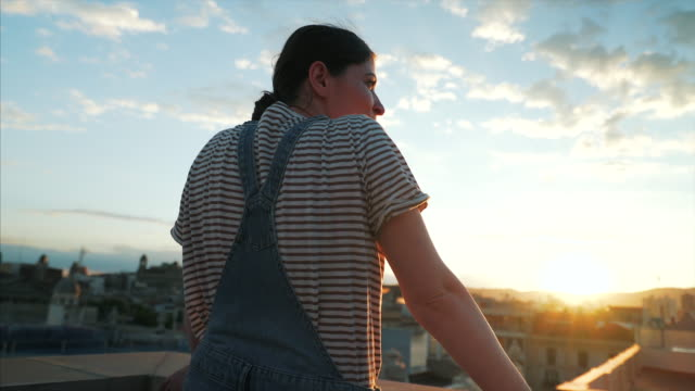 vídeos de stock e filmes b-roll de young woman admiring the city view. - barcelona espanha