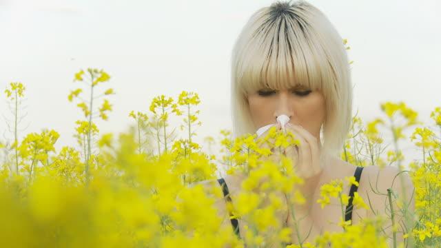 stockvideo's en b-roll-footage met hd: young woman allergic to pollen - allergie