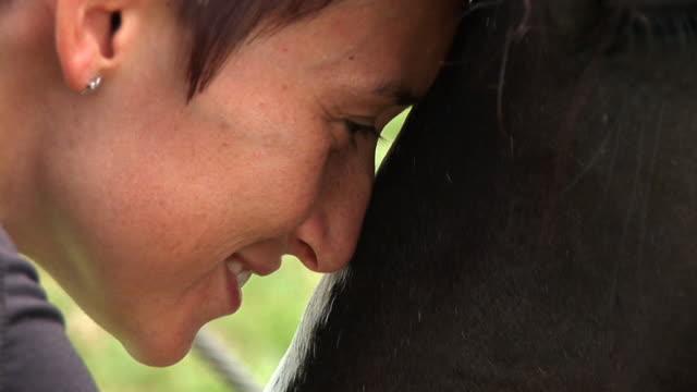 HD: Mujer joven y un caballo