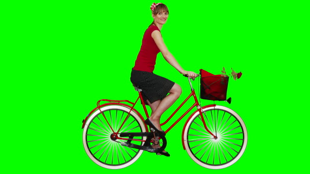 stockvideo's en b-roll-footage met young woman and green screen. - rijwiel