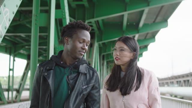 若い女性と若い男が橋の下でデート - 自殺点の映像素材/bロール