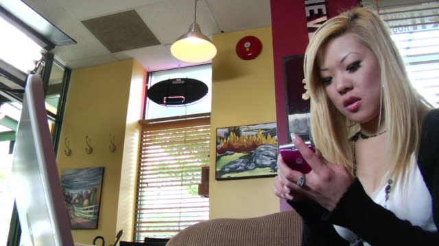 ms young woman answering mobile phone in coffee shop/ vancouver, bc - kelly mason videos 個影片檔及 b 捲影像