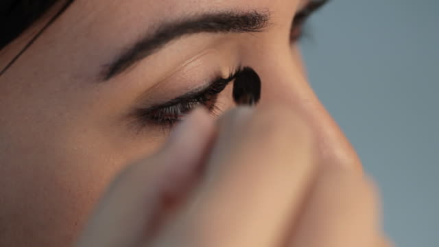 vidéos et rushes de cu young woman applying blush / singapore - mascara
