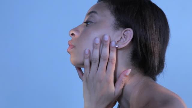 vidéos et rushes de cu td young woman applying body lotion / new york, new york, usa - routine