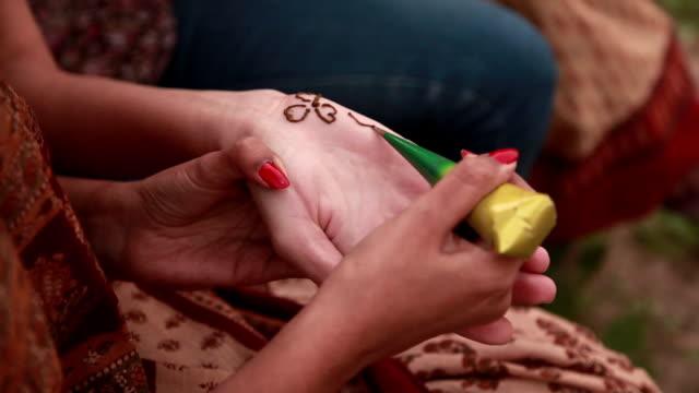 vídeos y material grabado en eventos de stock de young woman applying henna, haryana, india - esmalte de uñas rojo