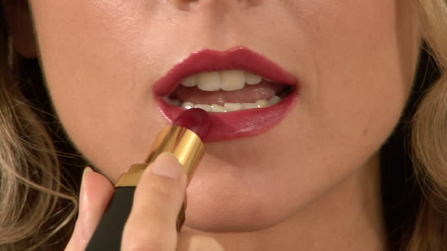 vidéos et rushes de bcu young woman applying lipstick - rouge à lèvres