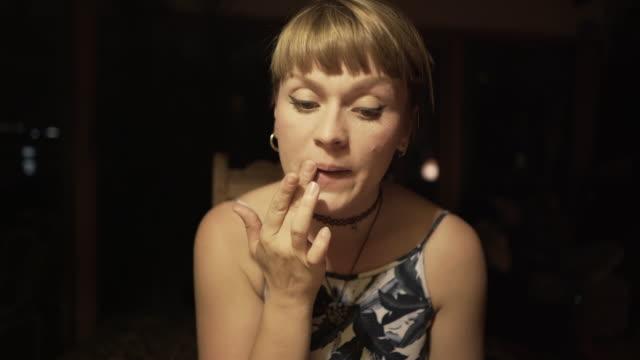 vídeos y material grabado en eventos de stock de a young woman applying make-up at home - colorete