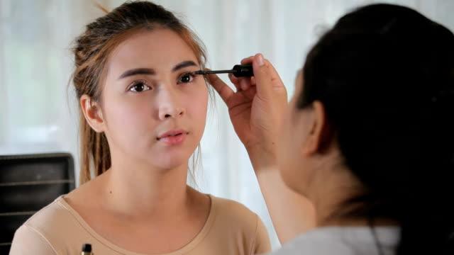 若い女性はメイクアップ - 頬紅点の映像素材/bロール