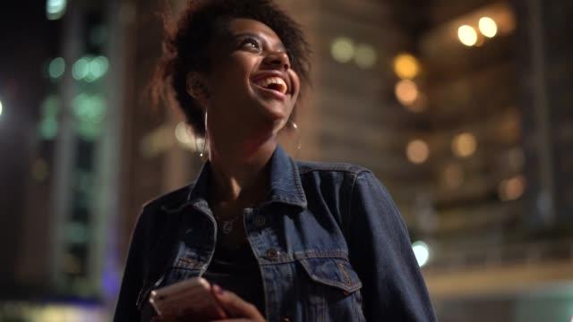 vídeos de stock, filmes e b-roll de jovem mulher está tão animado para visitar a cidade à noite - destino turístico