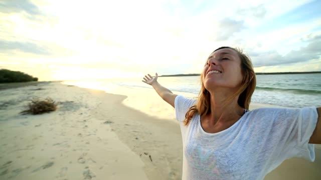 vídeos y material grabado en eventos de stock de brazos de la joven tendidos en la playa - brazos estirados