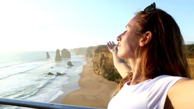 ung kvinna armar outstretches på de tolv apostlarna-australien - människoarm bildbanksvideor och videomaterial från bakom kulisserna