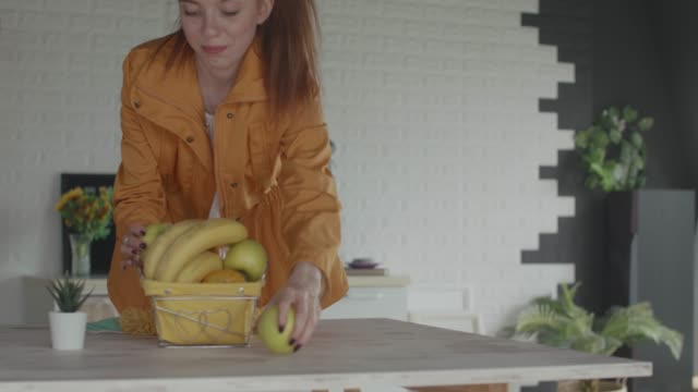 young woman arranging fruit into a bowl on the table - reusable bag stock videos & royalty-free footage