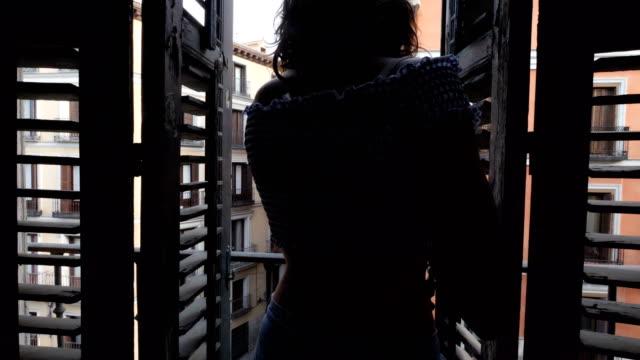 vídeos y material grabado en eventos de stock de jovencita en un balcón - balcón