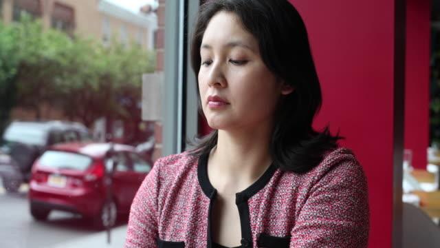 vídeos de stock e filmes b-roll de young woman at business lunch, speaking to colleague. - trabalhadora de colarinho branco